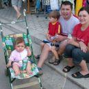 Porodica na okupu ceka trajekt  u Drveniku