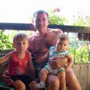 Deda Adam sa unucima na balkonu u Pancevu leto '07