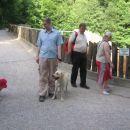 Nash z Matjažem, zraven pa Alenka z zanimanjem kaj je za ograjo (Alenka pazi medvedi so za