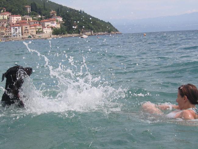 ''In že plavam... moje prvo plavanje!! Jupi zame!!'' :-)