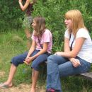 Najino norenje so spremljale v ozadju Jensova ''človeška mamica Katja'', na klopci z leve