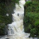 Vode so rjave od šote, tudi okus imajo zemljast. Slap ali potok je na vsakih nekaj metrov