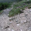 točka odločitve: levo luknja, desno kriški podi; dež je ponehal, torej na kriške pode in j