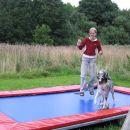 se malo poskokov na trampolinu in kuza se prav dobro pocuti