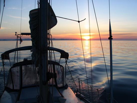 Barka mirno pluje proti Palagruži