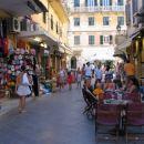 Zelo živahno turistično mesto Krf vredno ogleda