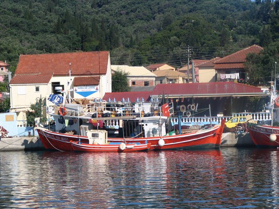 Ribiči v lučici Petriti. V hiši za njimi je zelo dobra gostilna