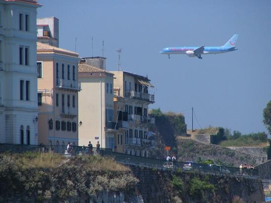Letalo v mesto Krf pristaja tik nad nami in hišami