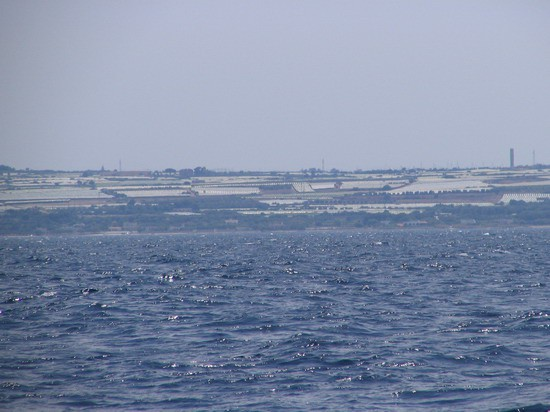 Ob italijanski obali se nenehno voziš ob plantažah zelenjave pokritih z ponjavami