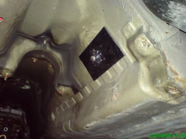 Pogled od spodaj na pritrdišče ringov za varnostne pasove.