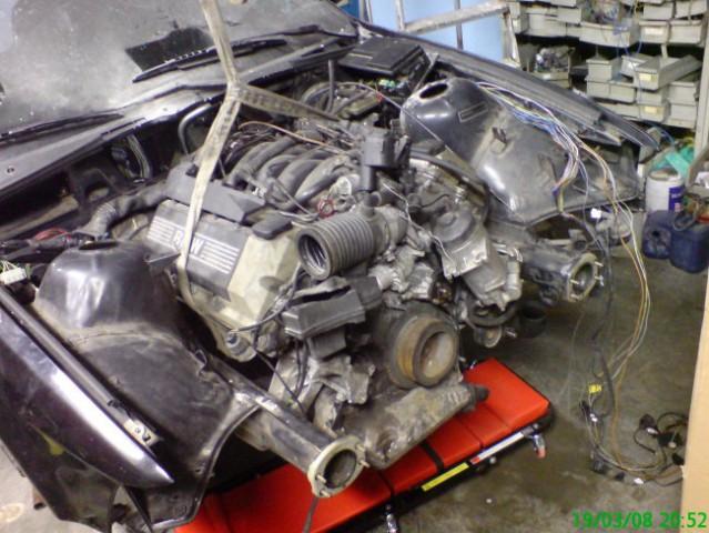 Z nameščanjem motorja je bilo veliko dela.