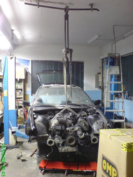 Namestili smo škripec, izvlekli stari motor in začeli