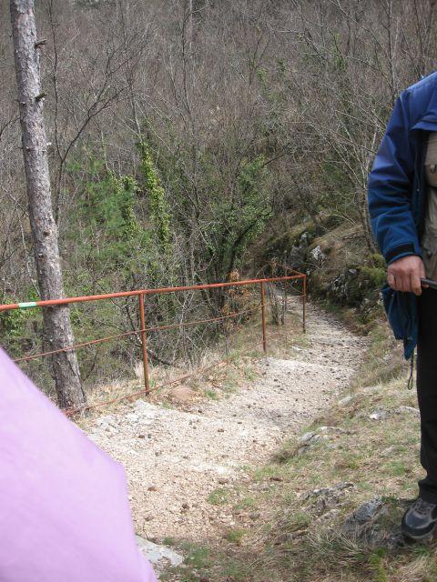 Spust proti vhodu v jamo Dimnice