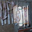 V kleti dozorijo okusne salame, klobase, pršuti...