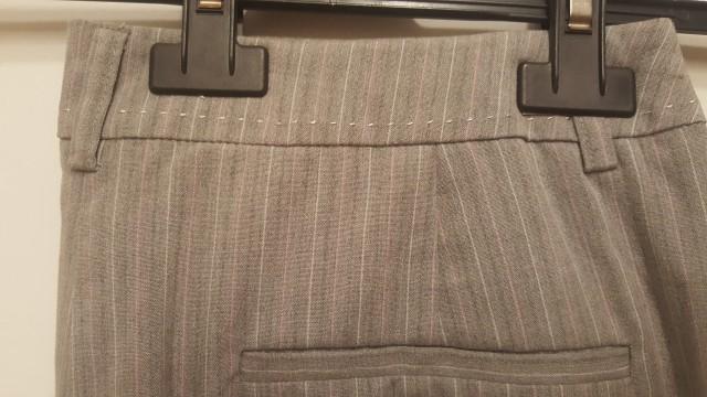 Vzorec in detajli sivih hlač