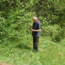 svak Janez pripravlja klinčke za pritrjevanje pršilne cevi