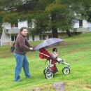 Naš prvi sprehod, rahlo dežuje, zato so mi na voziček zmontirali dežnik.