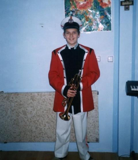 David je moj najmlajši sin star 14 let,igra trobento,oblečen je v poštno uniformo,ker tam