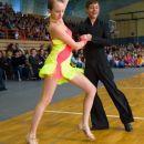 Plesalec pogleda v objektiv, plesalka pa na parket :-)