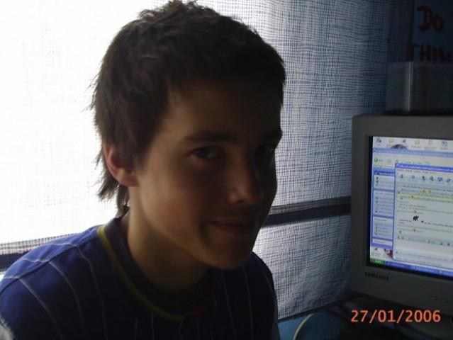 Brat s krajšo frizuro