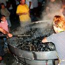 Ribarska noč ob velikem žaru polnem školjk
