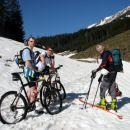 S smučmi  (tudi ) po travi, s kolesi pa po južnem snegu