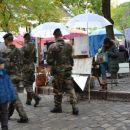 Montmartre, oboroženi vojaki spremljajo dogajanje