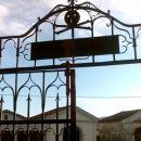 Srhljiv napis nad vrati pokopališča -