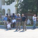 Pred džamijom u Gornjoj Puharskoj za vrijeme otvorenja džamije. Slika; Adis Kurtović