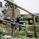 Instalacija udelezencev umetniške akademije, ki je potekala pred in med OIS-iado, z njo ni