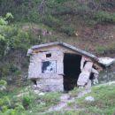 pastirska kočica oz. ta betonska bajta, mrbit se bo drug let res podrla