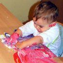 Nanašanje barve na folijo :) moj sinček pri 1 letu :)))