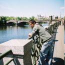 Joni in zadaj je viden slavni most.