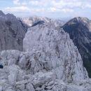 Sosednji vrh Zelenjaka, desno Ovčji vrh, zadaj Vajnež, levo Stol.