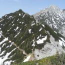 Pogled nazaj na prehojeni Bašeljski vrh, desno Storžič.