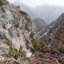 Pogled v dolino med M. Grintovcem in Srednjim vrhom.
