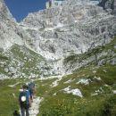Od koče nadaljujemo proti plezalni poti Anita Goitan