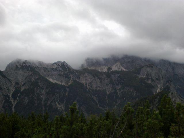 Pogled proti Mojstrovkam v oblakih