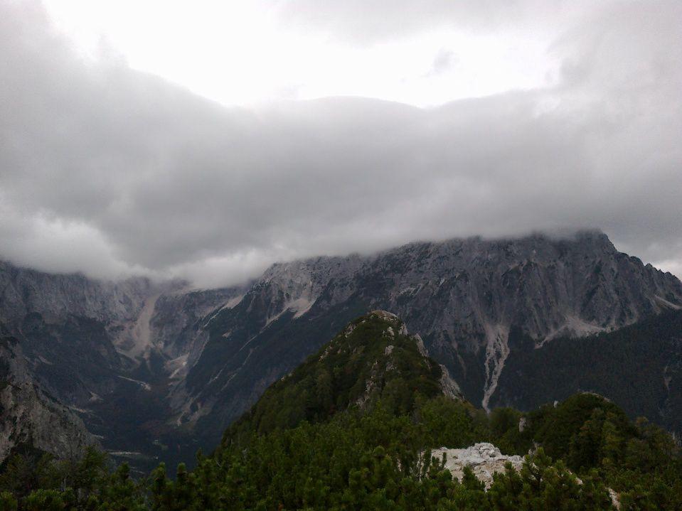 Pogled proti Jalovcu in Poncam v oblakih