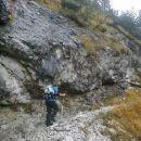 Pot proti jami je na mestih varovana z jeklenicami