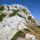 Pot iz Viševnika proti Srenjskemu prevalu (pred nami Mali Draški vrh)