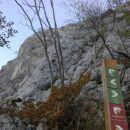 Razpotje poti, kjer se usmerimo proti plezalni poti na Gradiško turo (stena pred nami)