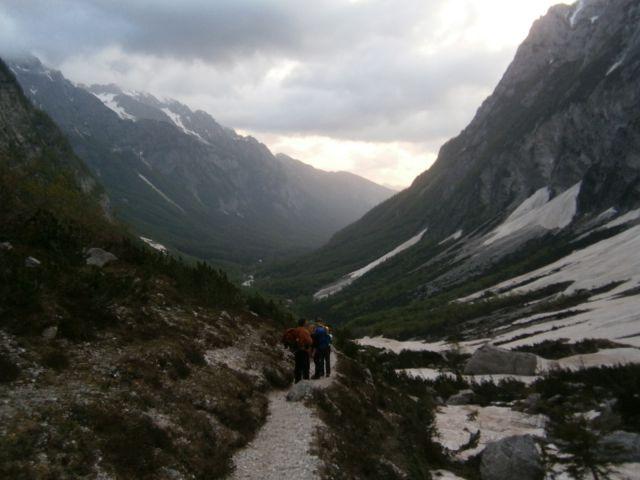 Pogled s poti na dolino Vrat v prebujanju