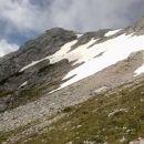Pobočje pod vrhom je še precej zasneženo