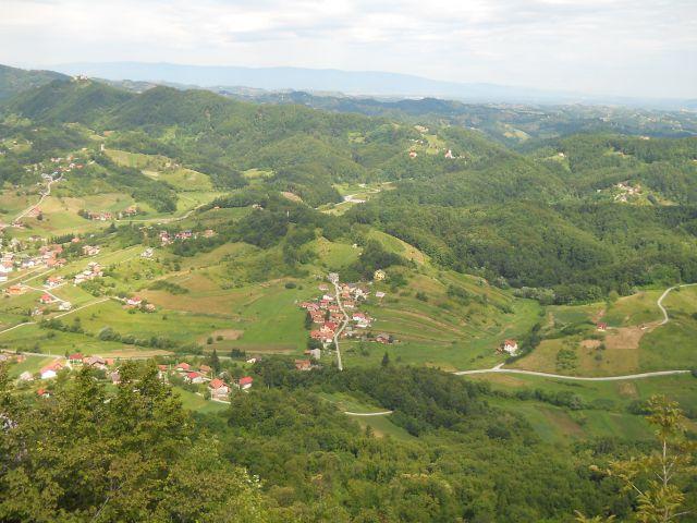 Razgled pri križu v dolino in v daljavo na Pohorje