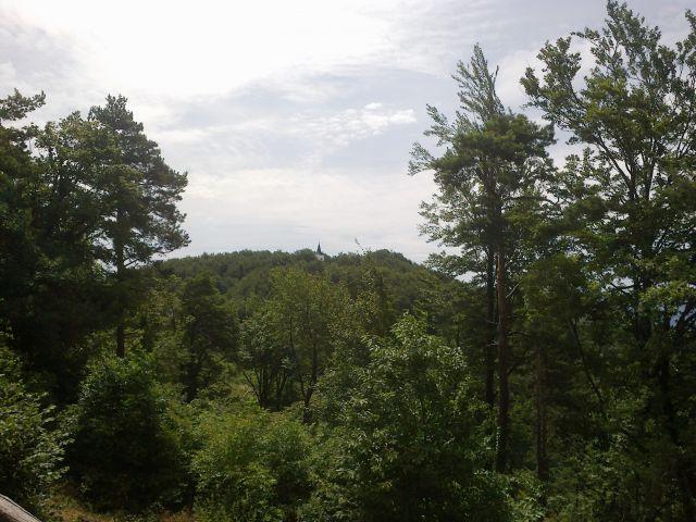 Pogled od doma Pusti Duh proti cerkvi Pusti duh in razglednemu stolpu