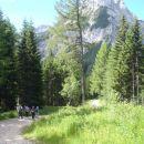 Vzpenjali smo se po grebenu desno od zelenega - borovcev.
