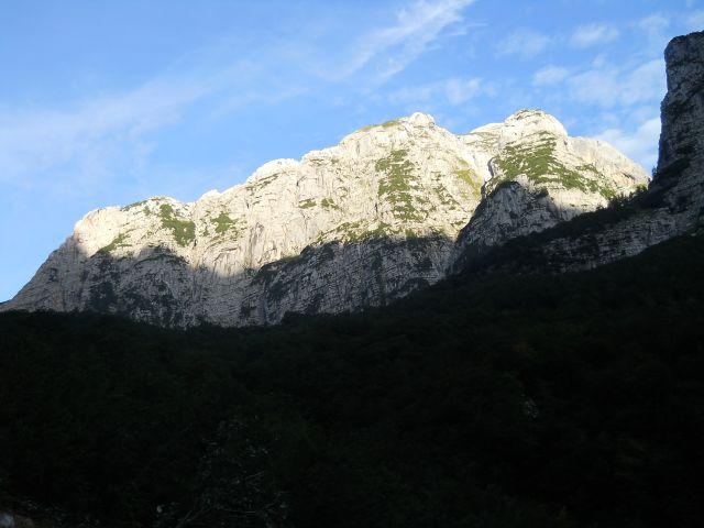 Vrh Bavškega Gamsovca je že v sončku :)