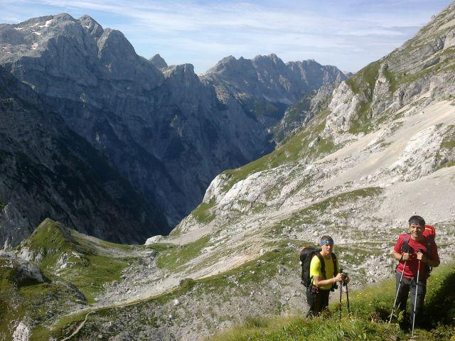 Pot na Bovški Gamsovec (zadaj levo Kanjavec, desno Veliko Špičje)