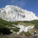 Pot proti Zelenjaku in pogled na vzhodne stene Vrtače